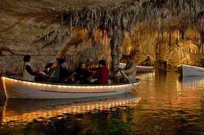 Schiff in der Drachenhöhle von Porto Cristo
