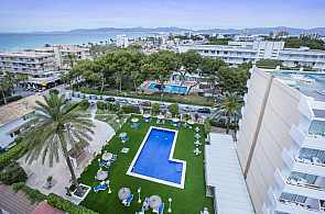 Blick von oben auf den Pool des Hotel Foners